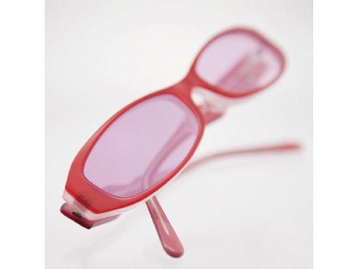 お買い物へ、眩しさを防ぐ濃い色に変化