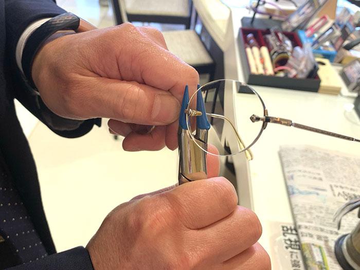 手持ちのメガネのブリッジを調整。