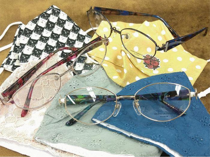 色柄物の布マスクとメガネ マリオ・ヴァレンティーノ