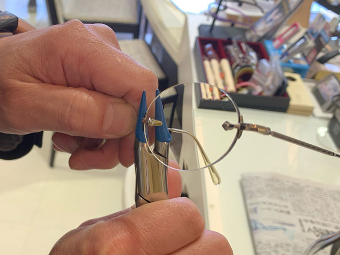 「メガネが似合わない」は、掛ける位置の調整で改善します