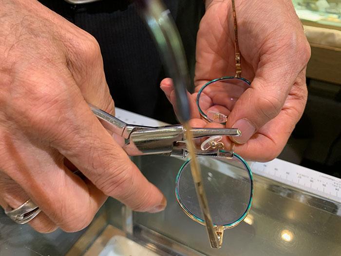 【まつ毛がメガネにつく人の解説法】鼻パッドの高さを調整する