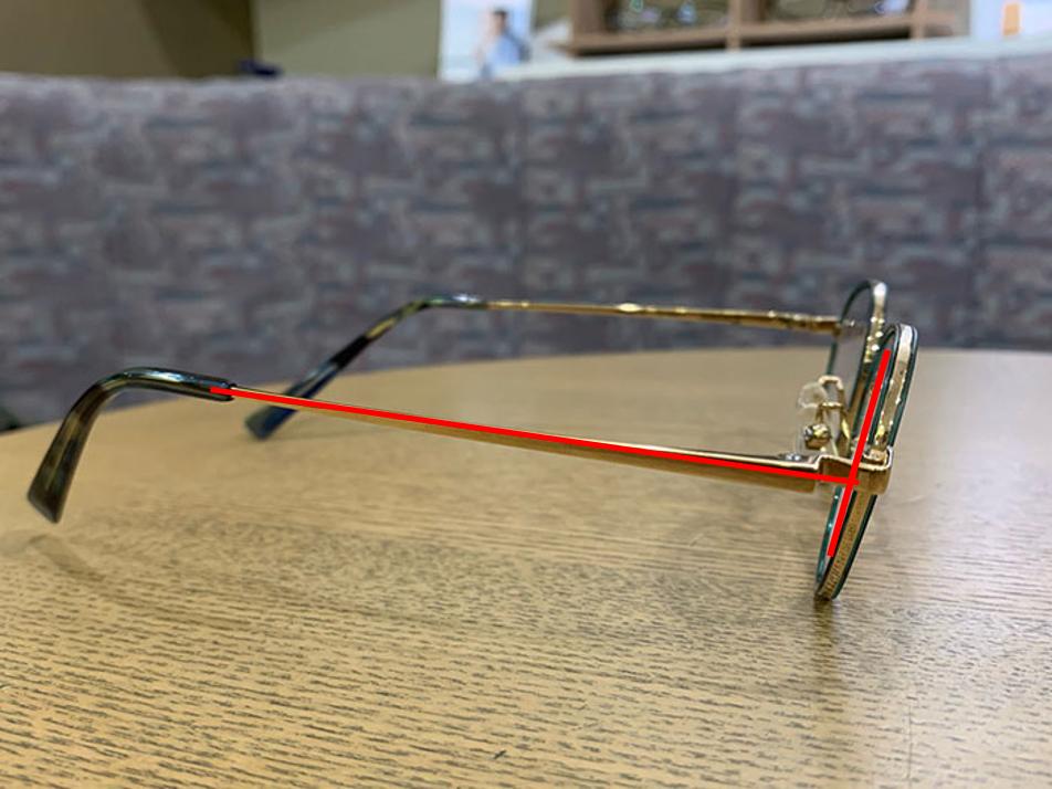 【ファンデや皮脂汚れがメガネにつく人の解決法】レンズの傾斜角を調整する